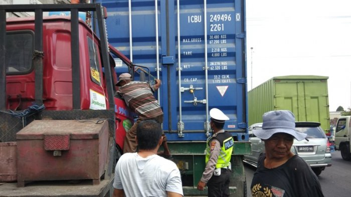 Rem Blong, Diduga Jadi Penyebab Dua Kontainer Tabrakan di Dongkelan