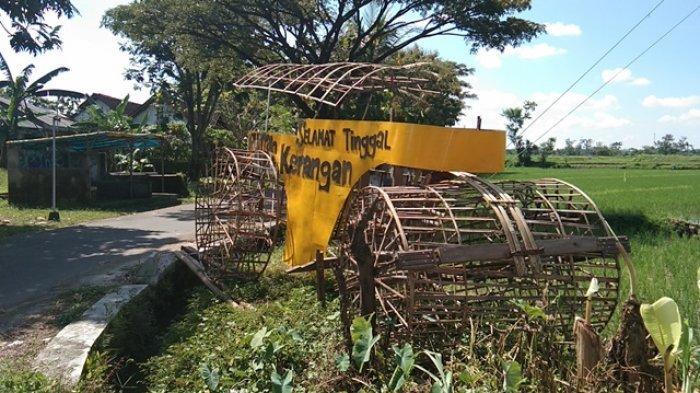 Penampakan replika Stoom Walls atau alat berat karya seorang warga yang dipajang di Desa Gatak, Kecamatan Ngawen, Kabupaten Klaten, Senin (19/4/2021).