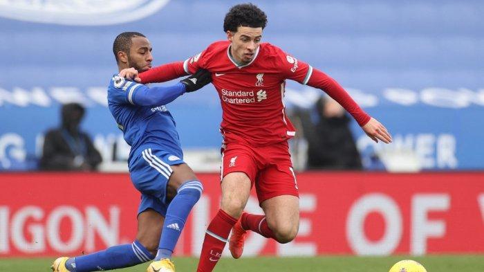 Ricardo Pereira dan Curtis Jones di Liga Inggris Leicester City vs Liverpool di Stadion King Power di Leicester, Inggris tengah pada 13 Februari 2021.