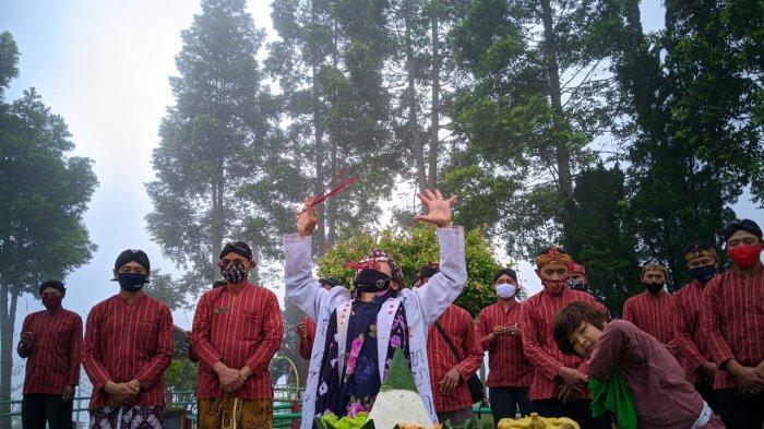 Warga Penghayat Kepercayaan Gelar Ritual Peringati 10 Tahun Erupsi Merapi di Ketep Pass