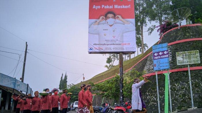 Peringatan 10 tahun Erupsi Gunung Merapi diperingati dengan ritual dan doa bersama oleh warga penghayat kepercayaan di Ketep Pass, Magelang, Senin (26/10/2020).
