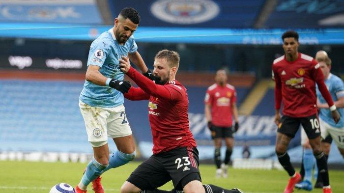 Riyad Mahrez dan Luke Shaw di Liga Inggris Manchester City vs Manchester United di Stadion Etihad di Manchester, 7 Maret 2021.
