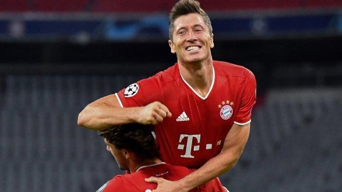 Pemain depan Bayern Munich Robert Lewandowski (atas) merayakan dengan rekan setimnya bek Spanyol Bayern Munich Alvaro Odriozola setelah mencetak gol keempat timnya selama Liga Champions UEFA, babak kedua babak 16 besar, pertandingan sepak bola FC Bayern Munich v FC Chelsea di Munich, selatan Jerman pada 8 Agustus 2020.