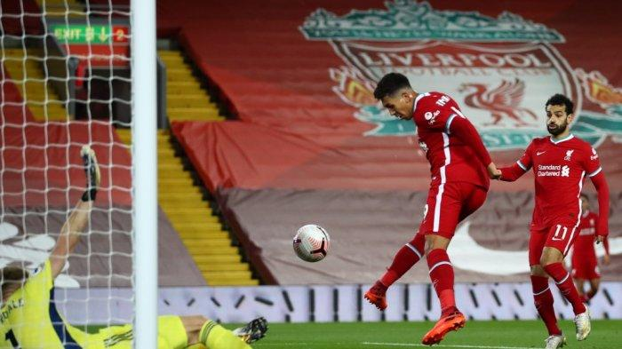 Gelandang Liverpool asal Brazil Roberto Firmino (tengah) mencetak gol pertama mereka untuk menyamakan kedudukan 1-1 selama pertandingan sepak bola Liga Utama Inggris antara Liverpool dan Sheffield United di Anfield di Liverpool, Inggris barat laut pada 24 Oktober 2020.