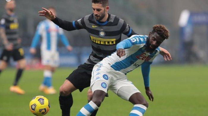 Roberto Gagliardini dan Tiemoue Bakayoko saat Inter Milan vs Napoli di Liga Italia Serie A