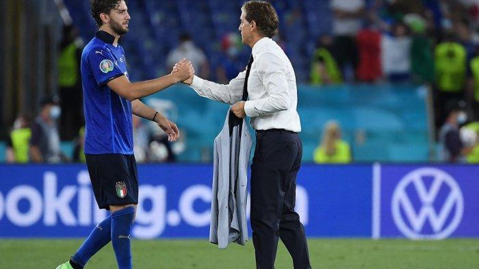 Roberto Mancini dan Manuel Locatelli setelah EURO 2020