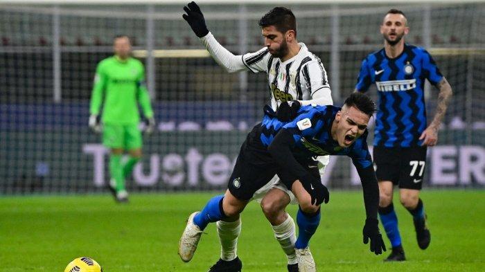Rodrigo Bentancur dan Lautaro Martinez leg pertama semifinal Piala Italia Inter Milan vs Juventus Turin pada 2 Februari 2021 di stadion San Siro di Milan.