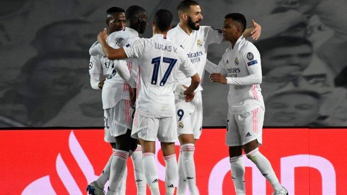 Penyerang Real Madrid asal Brazil Rodrygo (kanan) merayakan golnya bersama rekan satu tim dalam pertandingan sepak bola grup B Liga Champions UEFA antara Real Madrid dan Inter Milan di stadion Alfredo di Stefano di Valdebebas, di pinggiran Madrid, pada 3 November 2020.