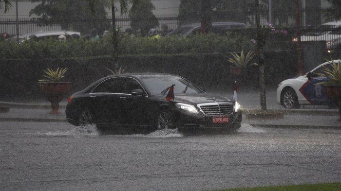 BERITA FOTO : Saat Rombongan Raja Belanda Menembus Hujan Deras Menuju UGM