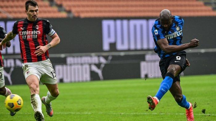 Romelu Lukaku mencetak gol ketiga di Liga Italia Serie A AC Milan vs Inter Milan pada 21 Februari 2021 di stadion San Siro di Milan.
