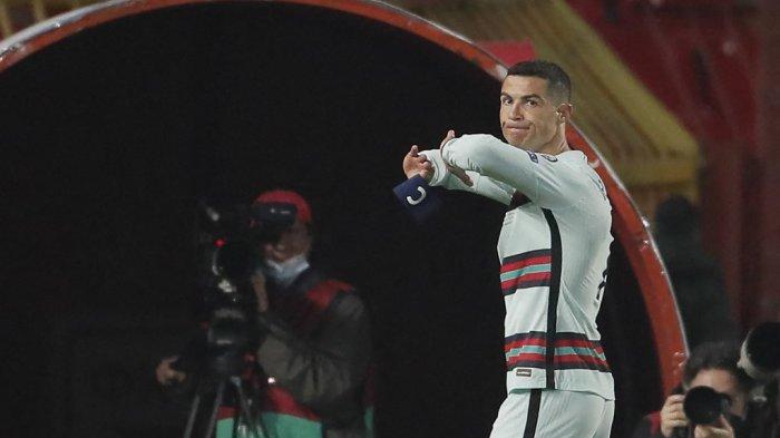 Cristiano Ronaldo memegang ban kaptennya sebelum melemparkannya ke tanah dan meninggalkan lapangan di akhir laga Grup A kualifikasi Qatar 2022 Serbia vs Portugal di Stadion Rajko Mitic, di Beograd, Maret. 27, 2021