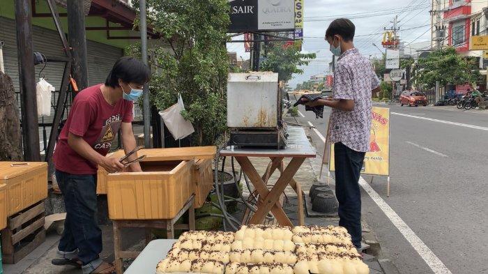 Proses pemanggangan roti panas yang dimasak langsung di hadapan pembelinya