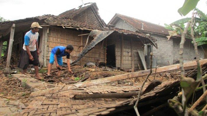 Welas dan anaknya, Kusno warga Garutan, Desa Sengon, Kecamatan Prambanan sedang memunguti genting rumahnya yang ambruk disapu angin, Kamis (2/2/2017) pagi