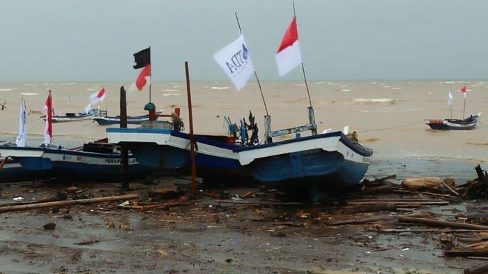 Rumah Zakat dan Komunitas TDA Berikan Bantuan Perahu untuk Nelayan Korban Tsunami Selat Sunda