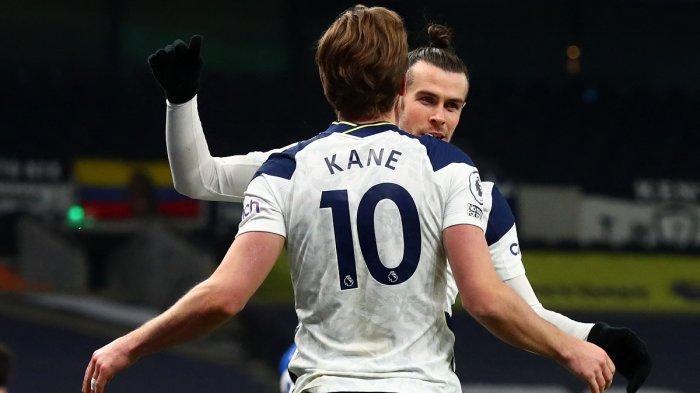 Gareth Bale dan Harry Kane merayakan gol setelah menang dari Crystal Palace