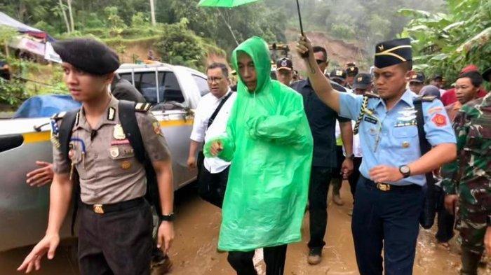 Saat Paspamres Tak Siap Jas Hujan, Presiden Jokowi Akhirnya Pakai Jas Hujan Plastik Seharga Rp5 Ribu