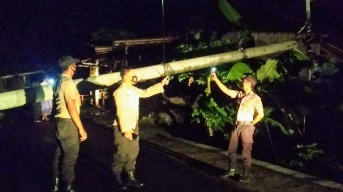 BREAKING NEWS: Hujan Angin, 6 Tiang Listrik di Ngawen Gunungkidul Ambruk Tutupi Akses Jalan