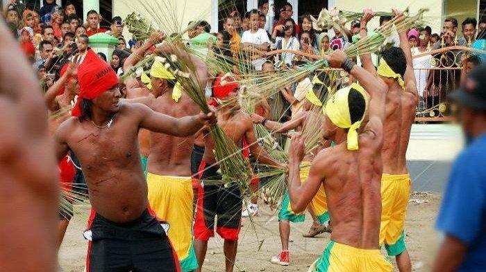 Tradisi Pukul Sapu di Maluku Tengah
