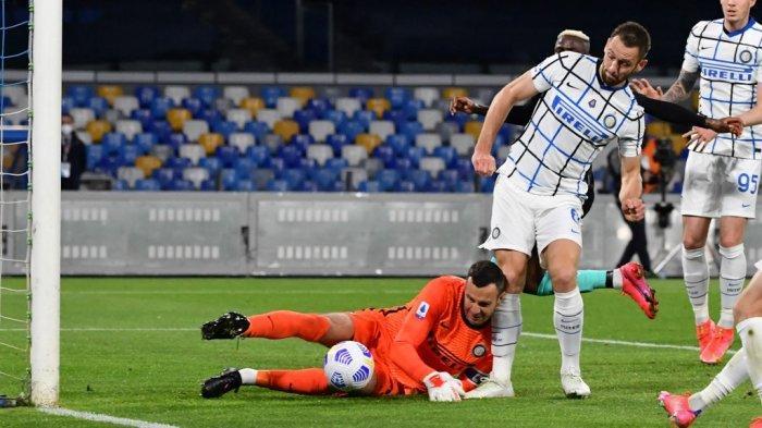 Samir Handanovic dan Stefan de Vrij mencetak gol bunuh diri di Liga Italia Serie A Napoli vs Inter Milan pada 18 April 2021 di stadion Diego Maradona (San Paolo) di Naples.
