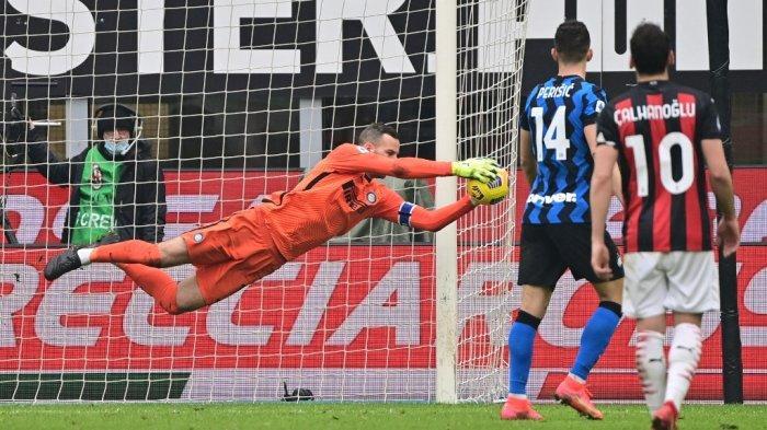 Samir Handanovic melakukan penyelamatan di Liga Italia Serie A AC Milan vs Inter Milan pada 21 Februari 2021 di stadion San Siro di Milan.