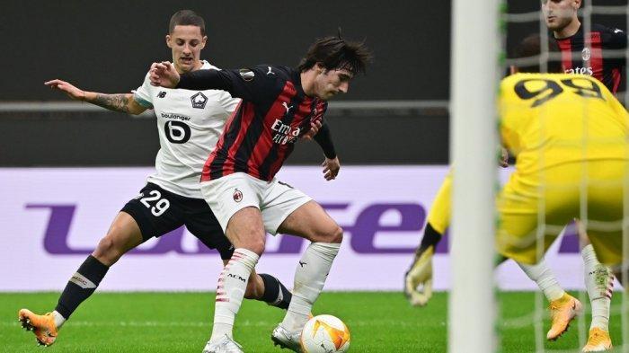 Gelandang Italia AC Milan, Sandro Tonali, memperebutkan bola dengan bek Kroasia Lille Domagoj Bradaric selama pertandingan sepak bola Grup H babak pertama Liga Eropa UEFA hari ketiga antara AC Milan dan Lille di stadion Meazza di Milan pada 5 November 2020.