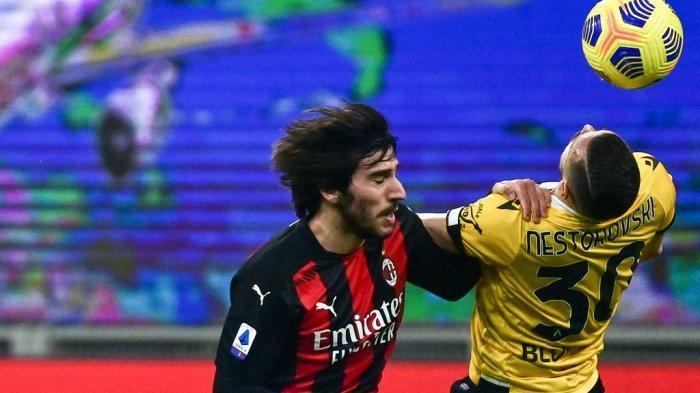 Sandro Tonali dan Ilja Nestorovski di Liga Italia Serie A AC Milan vs Udinese pada 3 Maret 2021 di stadion San Siro di Milan.