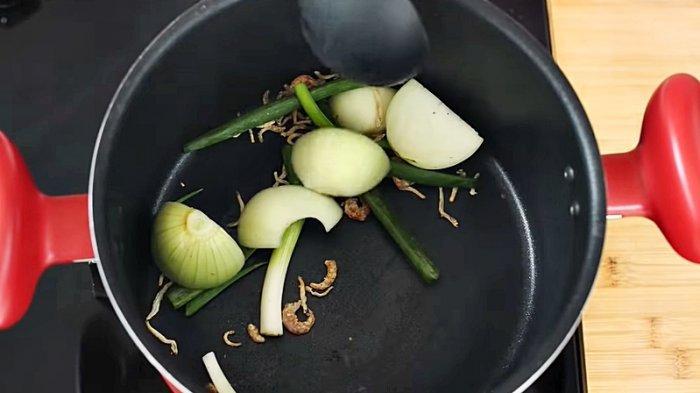 Sangrai bahan-bahan kuah Korean fish cake sampai harum