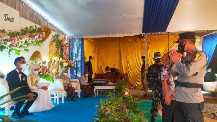 Satgas Kapanewon Sentolo bubarkan hajatan resepsi pernikahan yang digelar warga di Pedukuhan Sidowayah, Kalurahan Sukoreno, Kapanewon Sentolo, Kabupaten Kulon Progo, Kamis (22/7/2021).