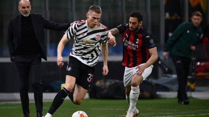 Scott McTominay dan Hakan Calhanoglu di leg kedua babak 16 besar Liga AC Milan vs Manchester United di stadion San Siro di Milan pada 18 Maret 2021.