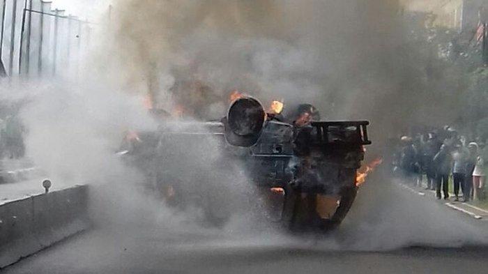 Sebuah Angkot Tabrak Trotoar, Sopirnya Tewas Terbakar