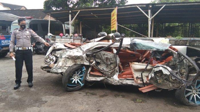 Satu Sedan Ringsek Ditabrak Truk Bermuatan Kemiri di Jalan Yogyakarta-Solo Dekat Pasar Delanggu