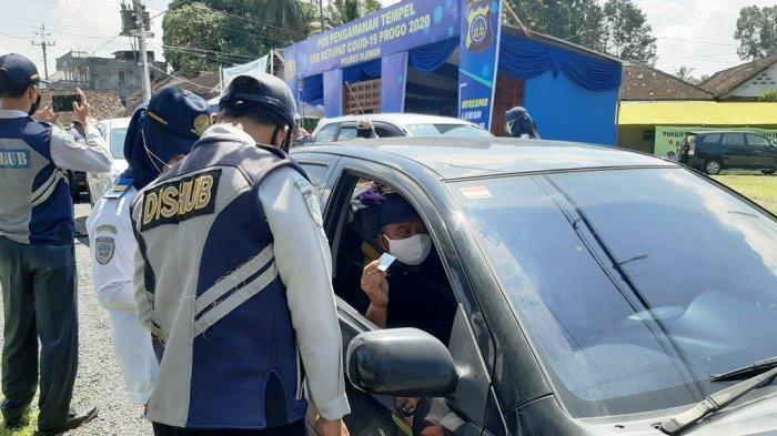 Sejumlah kendaraan mulai diperiksa Dishub DIY di perbatasan Sleman-Magelang, pada hari pertama pelarangan mudik lebaran 2020, Jumat (24/4/2020)
