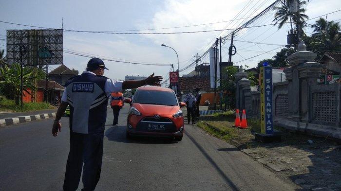 Puluhan Kendaraan Putar Balik dalam Kurun Waktu Sejam di Perbatasan Magelang-DI Yogyakarta