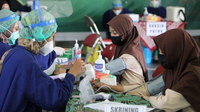 Sejumlah pelajar saat mengikuti vaksin COVID-19 pada program vaksinasi massal Polres Klaten, Sabtu (11/9/2021).