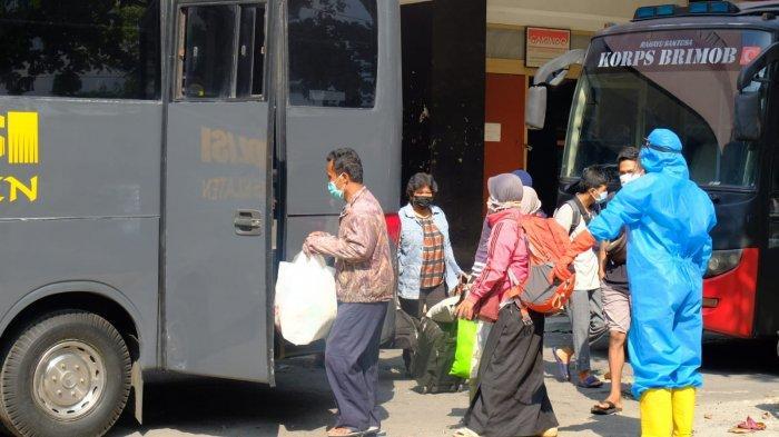 Puluhan Warga Klaten yang Terpapar COVID-19 Dievakuasi ke Asrama Haji Donohudan Boyolali