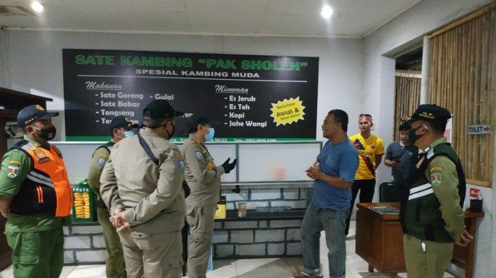 Satpol PP Kota Magelang melakukan pengawasan di restoran, kafe, angkringan dan usaha sejenis lainnya selama masa PPKM di Kota Magelang, Kamis (14/1/2021) malam kemarin.