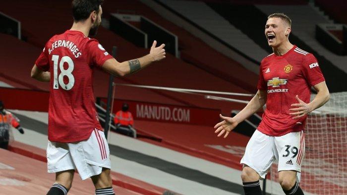 Dua pemain Manchester United, Bruno Fernandes dan McTominay merayakan gol yang tercipta berkat bunuh diri pemain West Ham pada lanjutan Liga Inggris pekan ke-29 di Old Trafford, Senin (15/3/2021) dini hari WIB.