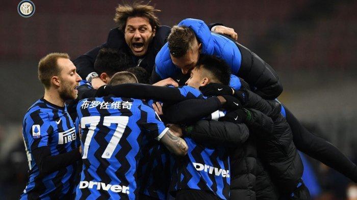 Pelatih Inter Milan, Antonio Conte larut dalam euforia bersama anak asuhnya menyambut kemenangan timnya atas Lazio pada giornata 22 Liga Italia di Stadion Giuseppe Meazza, Senin (15/2/2021) dini hari WIB.