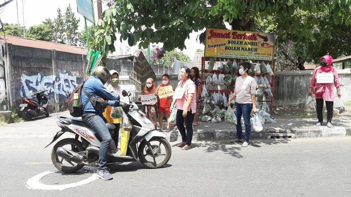 Semangat Ibu-ibu di Umbulharjo Bagi-bagikan Sayuran untuk Pengguna Jalan