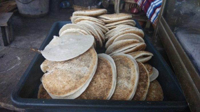 ILUSTRASI Serabi kocor Bu Ngadinem, dimasak dengan cara tradisional menggunakan anglo dan bara api kayu bakar.