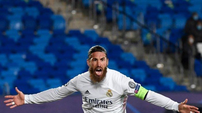 Bek Spanyol Real Madrid Sergio Ramos merayakan golnya dalam pertandingan sepak bola grup B Liga Champions UEFA antara Real Madrid dan Inter Milan di stadion Alfredo di Stefano di Valdebebas, di pinggiran Madrid, pada 3 November 2020.