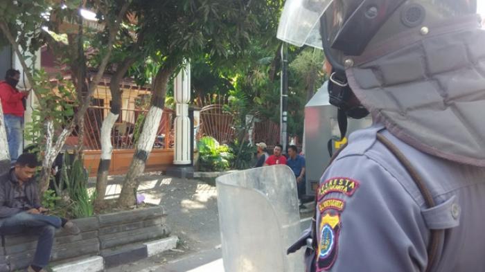 REALTIME NEWS : Polisi Siaga, Ruas Jalan Kusumanegara Ditutup untuk Pengamanan Demo Mahasiswa Papua
