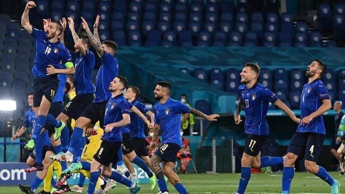 Skuad Timnas Italia merayakan kemenangan di EURO 2020 versus Swiss di Stadion Olimpico Roma pada 16 Juni 2021.