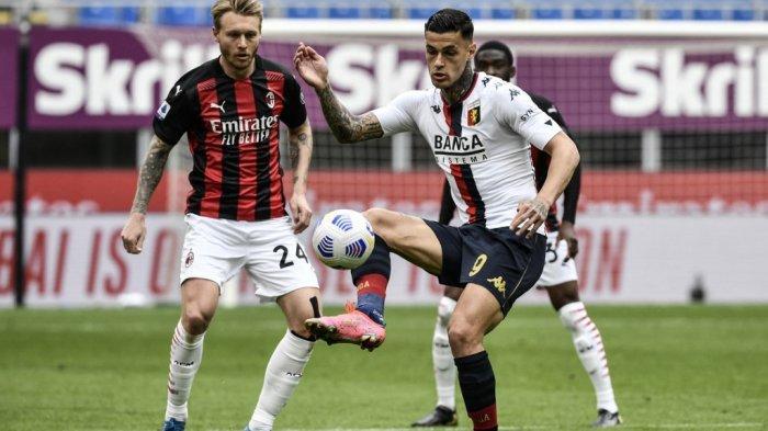 Simon Kjaer dan Gianluca Scamacca di Liga Italia Serie A AC Milan vs Genoa pada 18 April 2021 di stadion San Siro di Milan.