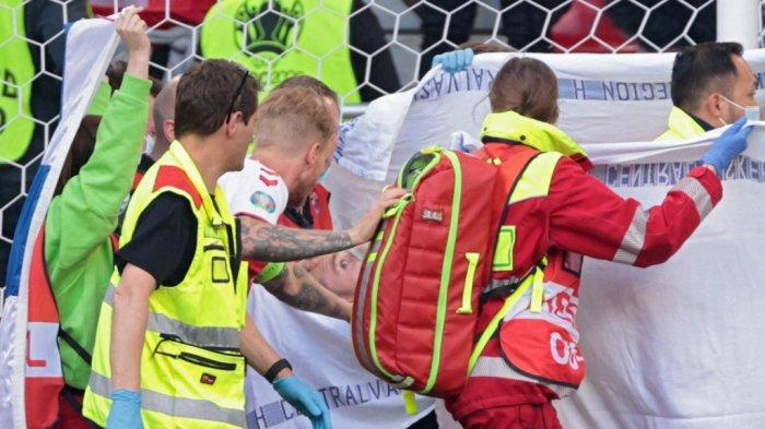 Simon Kjaer memeriksa Christian Eriksen setelah gelandang Inter Milan ambruk di EURO 2020 Denmark vs Finlandia di Stadion Parken di Kopenhagen pada 12 Juni 2021.