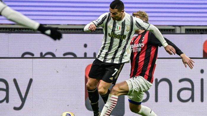Simon Kjaer mengadang Cristiano Ronaldo di Serie A Italia AC Milan vs Juventus pada 6 Januari 2021 di stadion San Siro di Milan.