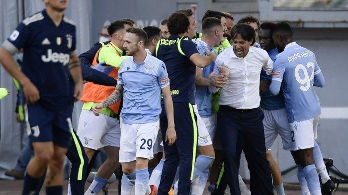 Pelatih Lazio Italia Simone Inzaghi (3R) merayakan bersama para pemainnya setelah mencetak gol selama pertandingan sepak bola Serie A Italia antara Lazio (SSL) dan Juventus (JFC), di stadion Olimpico di Roma pada 8 November 2020.