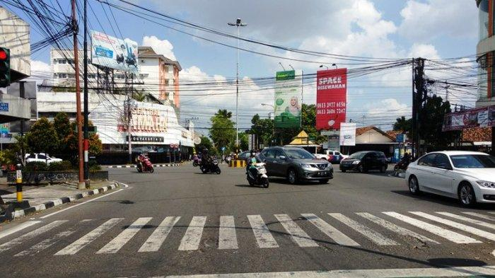Sabtu Siang, Simpang Empat Pingit Terpantau Ramai Lancar