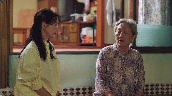 SINOPSIS Drama Korea (Drakor) Hometown Cha-Cha-Cha Episode 3: Yoon Hye Jin Membantu Nenek Gam Ri