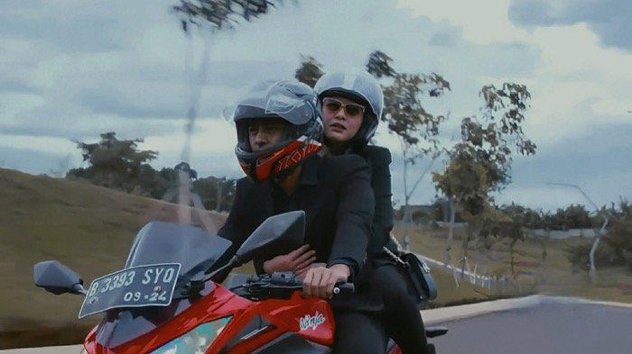 Andin dan Aldebaran pergi ke sekolah Reyna dengan mengendarai motor